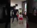 Папа и две дочки танцуют! Вот это трио