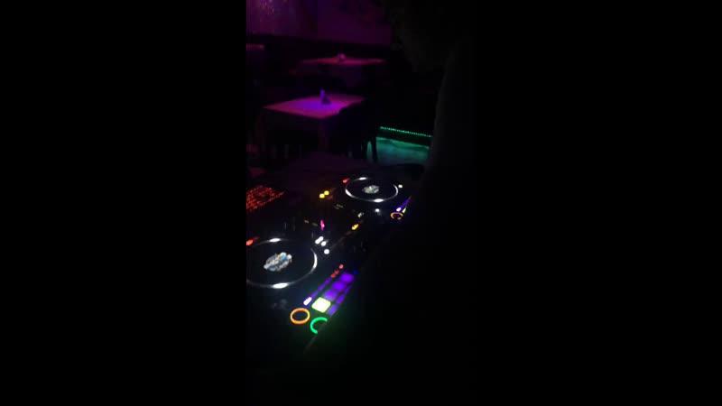 Ресторан Велес ждёт всех в гости😊 DJ Fantom играет, а мы уже танцуем🕺🏻💃🏻