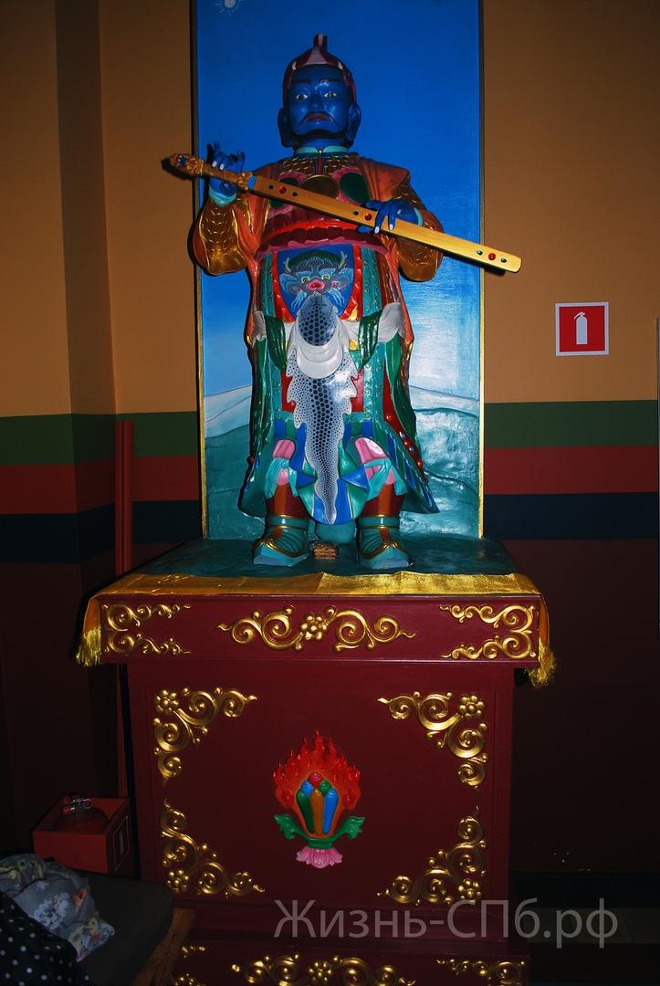 Дацан Гунзэчойнэй. Статуя буддийского божества