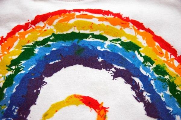 РОСПИСЬ ДЕТСКОЙ ФУТБОЛКИ ВОСКОВЫМИ МЕЛКАМИ Берем белую футболку и самые обычные восковые мелки. Внутрь футболки подкладываете бумагу, намечаете карандашом рисунок, точите мелки и из этой стружки