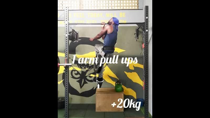 48-ми летний мужчина подтягивается на одной руке с дополнительным весом 20 кг