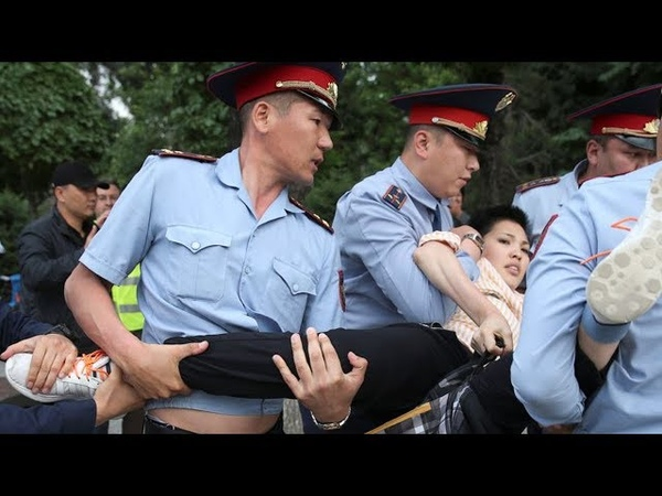 Мать С Детьми Пытается Отбить Дочь У Полиции! Митинги И Протесты Казахстан Нур-Султан Алматы!