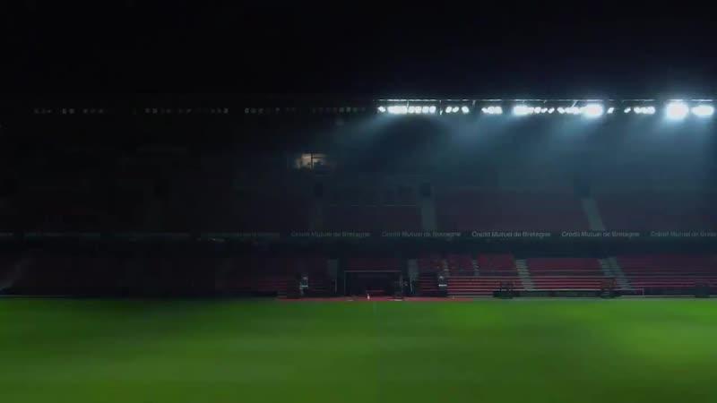 Гимн Лиги чемпионов на стадионе Ренна среди ночи
