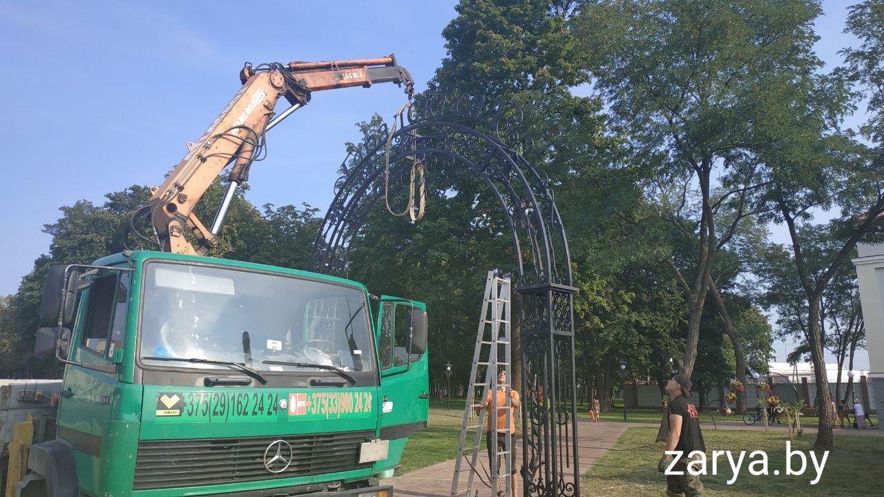 В Городском саду устанавливают ещё одну арку
