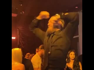 Конор Макгрегор танцует в клубе