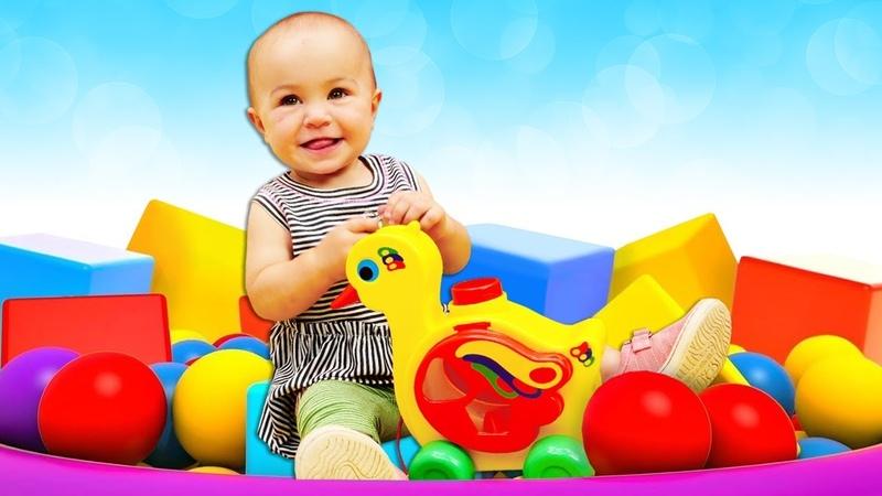 Die Spielzeugkiste. Marta spielt mit Bauklötzen. Spielzeugvideo für Kleinkinder