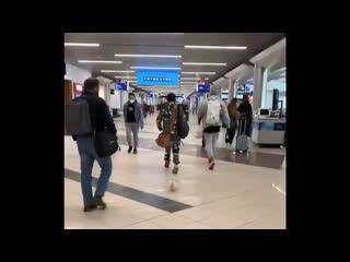 Swae Lee гуляет с щенком по аэропорту