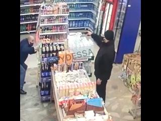 В Одессе в магазин зашёл странный «мамкин бандит», направил пистолет на охранника и стоял так пока его не задержали полицейские