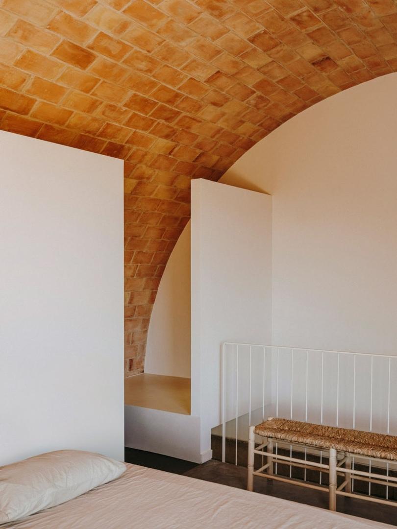 Дом из бетона, камней и терракоты в Испании / Mesura