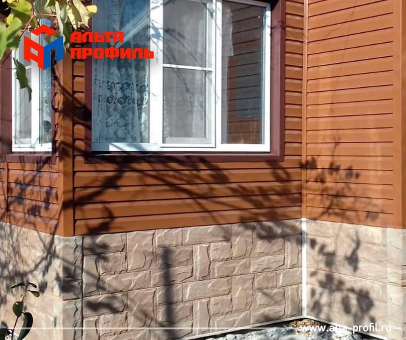 Для облицовки цоколя этого дома использовались фасадные панели «Гранит Саянский».