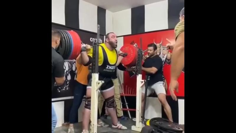Иранец Шахрам Саки приседает 510 кг