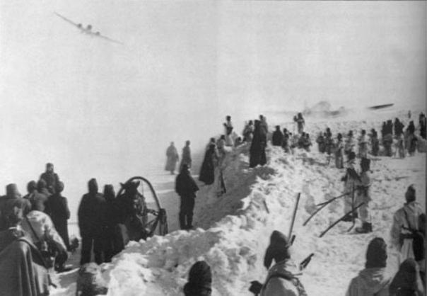 Зима 1942—1943 года. СССР. Поддержка окруженной 6-й Армии Паульса в Сталинграде по воздушному мосту. Солдаты, ожидают посадки транспортного самолета Junkers Ju 52