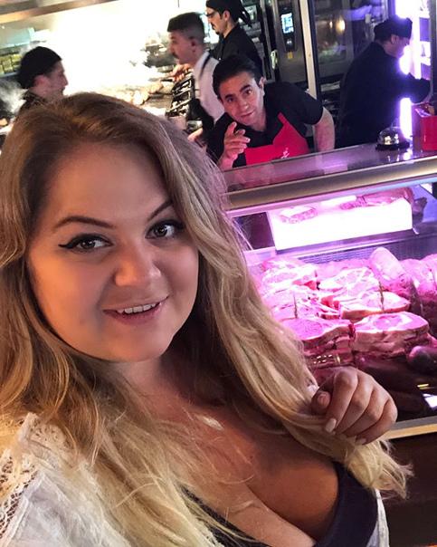 Анита Мишенкова: Когда на отдыхе всё снимаешь и фоткаешь, а выставить всё некогда))) если ты такой же мясоед 🥩, как я, то побывать в Стамбуле и не посетить знаменитый ресторан nusr_et - просто преступление 🙈 это самое вкусное и сочное мясо, эти стейки, эти бараньи рёбрышки 🤤, лучшее, что я пробовала в своей жизни ❤️ нет, я никогда не похудею с такими пристрастиями 🐷😂