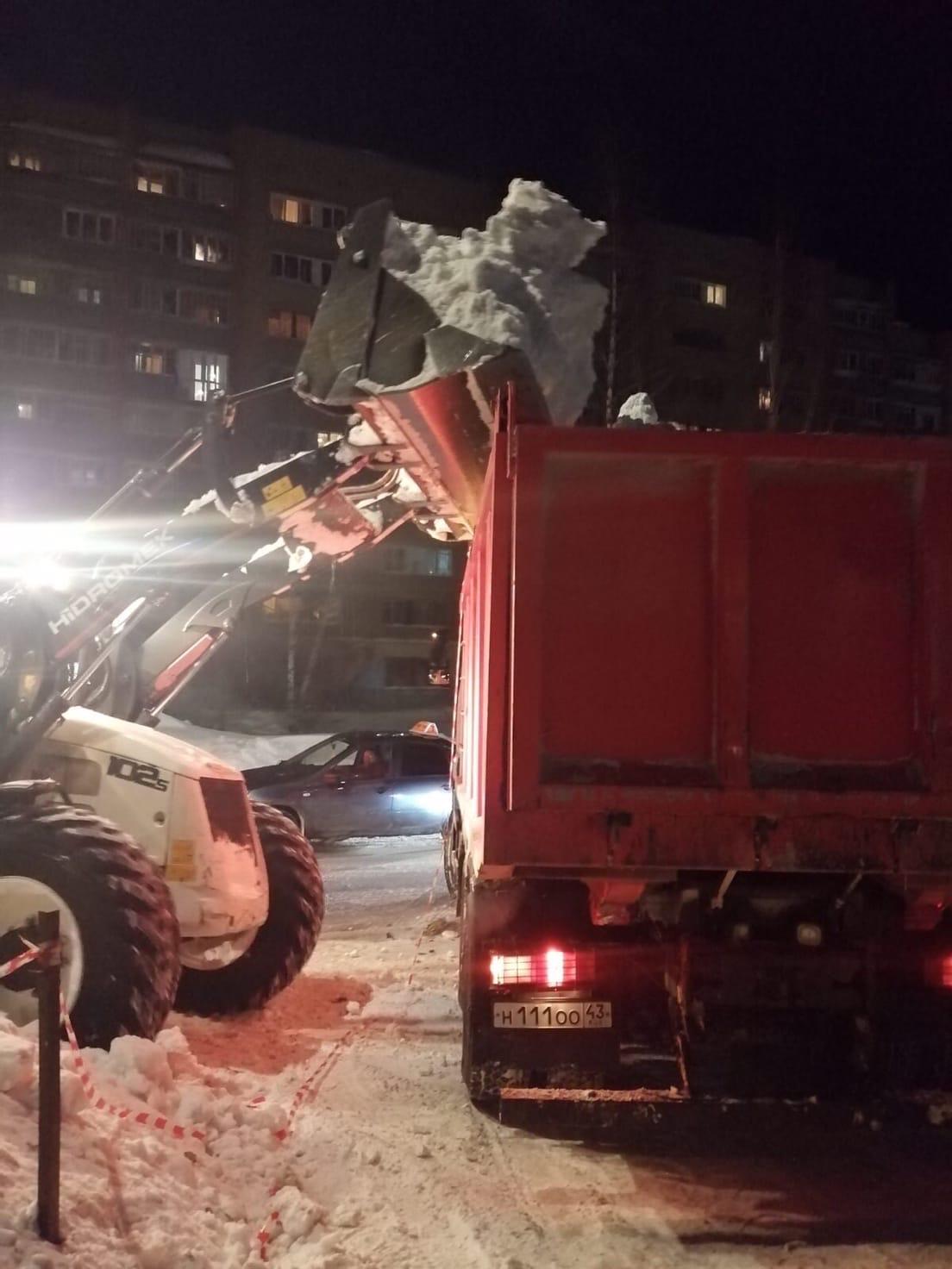 Улица Кольцова дом 22 вывоз снега.