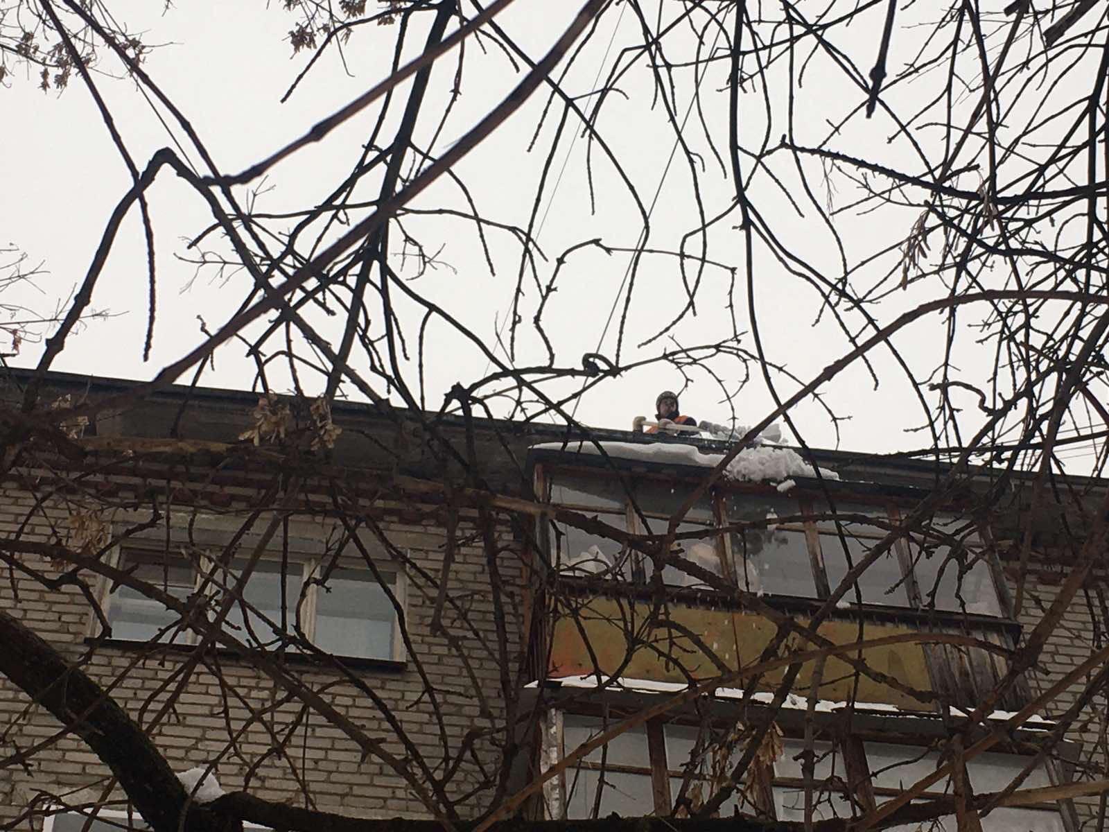 Чистка балконов верхних этажей от снега и