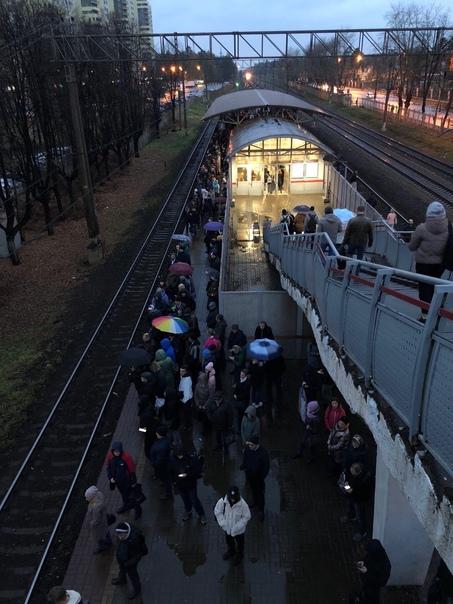 На станции Раменское сейчас опять задерживают элек...
