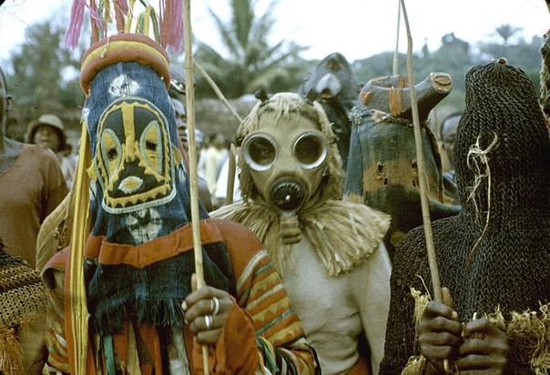 Серия фото с африканскими ритуальными церемониями, масками и костюмам, 1942-1972 гг. Фотограф: Элиот Элисофон