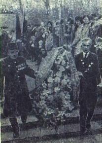 1974 г. Ветераны войны И. Леонтьев и Н. Самсонов направляются возложить венок к подножию памятника воинам-землякам, павшим в боях за Родину