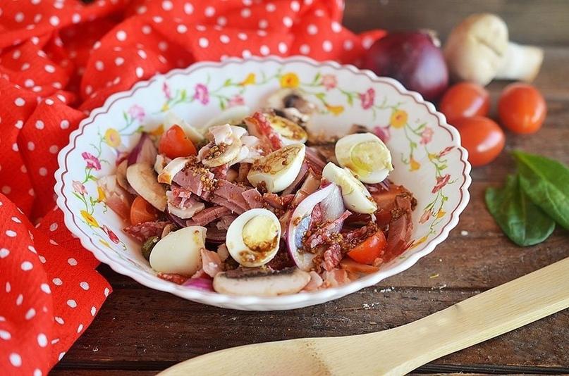 Вкусный мясной салат с черри и каперсами