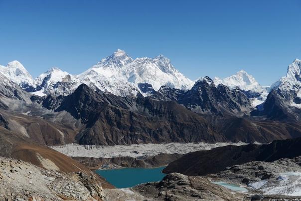 Альпинизм – спорт трудных решений. В горах не спрячешься за пустым словом, здесь ценят только дело. Человек в альпинизме стоит ровно столько, сколько он стоит на самом деле.