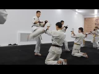 Отработка техники защиты от ударов в голову