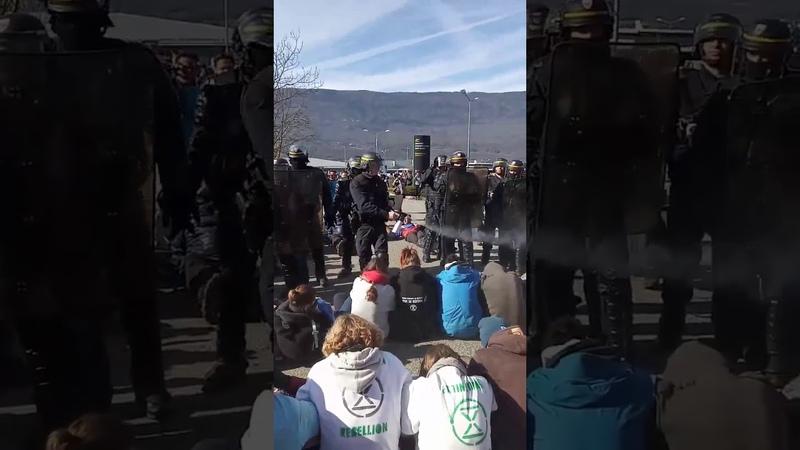 VIOLENCES POLICIERES Un CRS vide sa bombe lacrymogène sur des militants du climat
