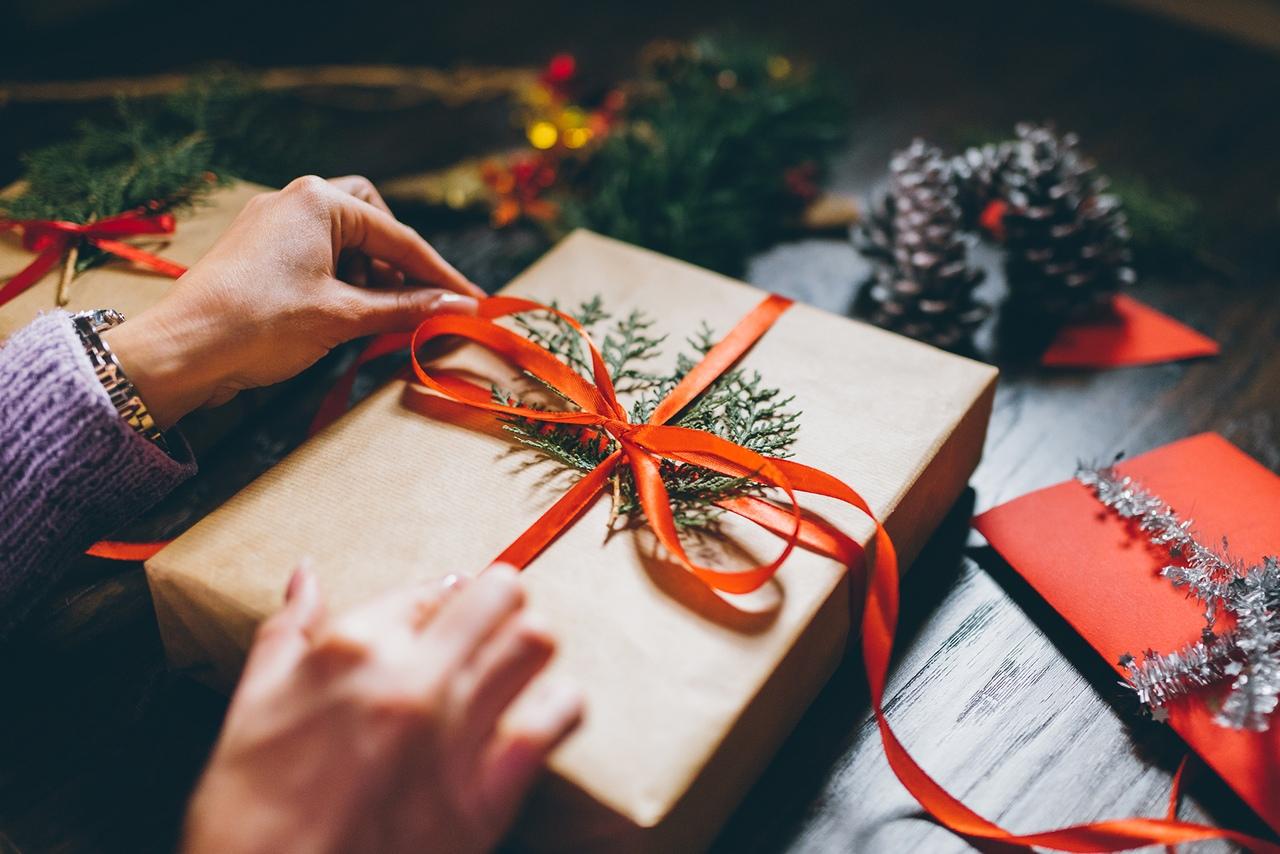 Идеи: как оригинально завернуть и украсить подарок на Новый год 2021 и Рождество