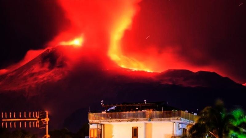 Despierta el Volcán Etna en Sicilia Italia con lava y nube Gigante de vapor por Erupción hoy