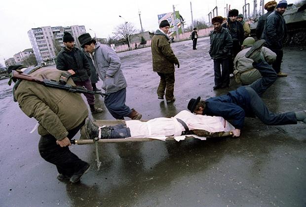 Чеченские боевики транспортируют тело погибшего товарища во время боев в Грозном. Январь 1995 года Фото: Reuters