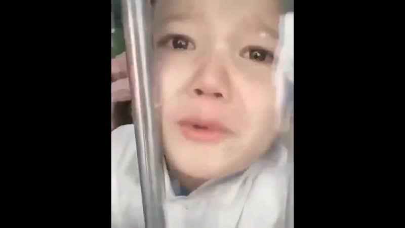 Посмотрите глаза этого ребенка который прощается со своими родителями