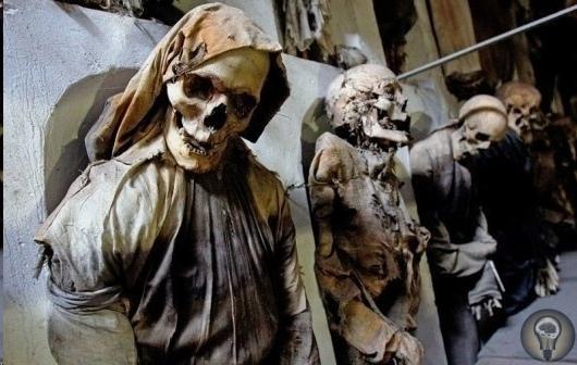 Катакомбы смерти. Палермо В катакомбах под монастырём Капуцинов в Палермо был обнаружен настоящий город мёртвых. Пять веков назад для захоронения жителей итальянского города в качестве