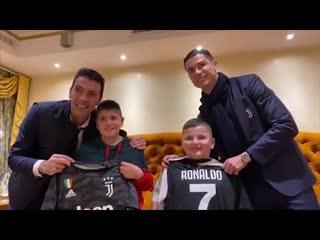 Роналду и буффон встретились с детьми, у которых погибли родственники при землетрясении в албании